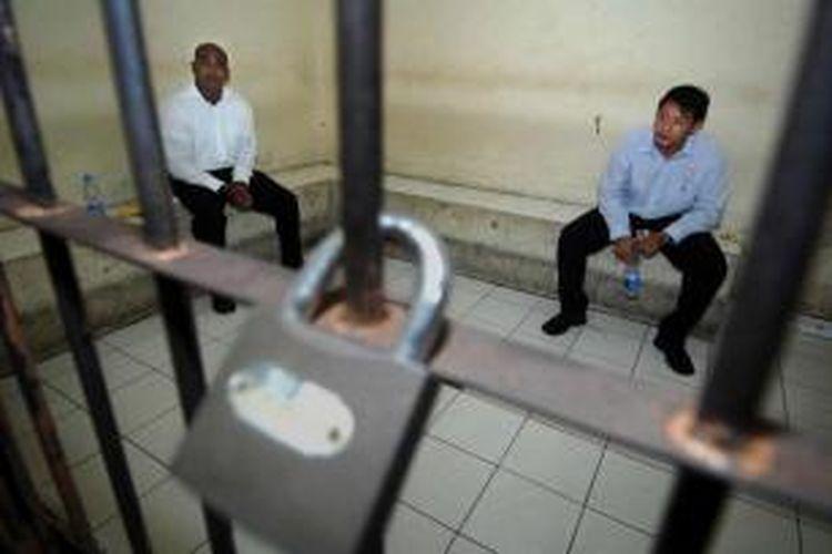 Dua warga Australia, terpidana mati kasus narkotika kelompok Bali Nine, Myuran Sukumaran (kiri) dan Andrew Chan saat berada di ruang tahanan di pengadilan Denpasar, Bali, 8 Oktober 2010.