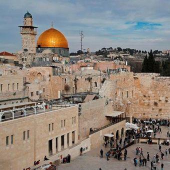 Tembok Barat yang ada di Kota Tua Yerusalem. Di lokasi tersebut rencananya akan dibangun stasiun kereta yang akan menghubungkan Tel Aviv dengan Yerusalem.