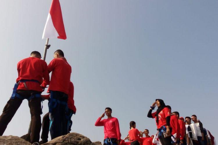 Peserta Ekspedisi Bhinneka Bagi Bangsa tengah menggelar upacara HUT Kemerdekaan RI ke-73 di Puncak Tebing Parang, Purwakarta, Jawa Barat, 19 Agustus 2018. Sebanyak 19 pelajar dari total peserta ekspedisi ini adalah penyandang disabilitas yang meliputi tuna netra, tuna daksa, tuna rungu, dan tuna wicara.
