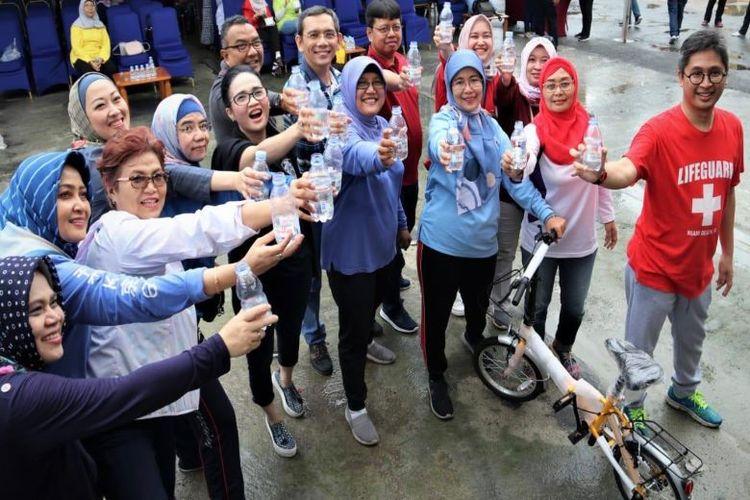 Direktur RSPP, dr. Kurniawan Iskandarsyah, SpJP (kanan) dengan tim RSPP berkomitmen untuk hidup sehat dengan rutin konsumsi air mineral berkualitas demi pelayanan maksimal kepada masyarakat.