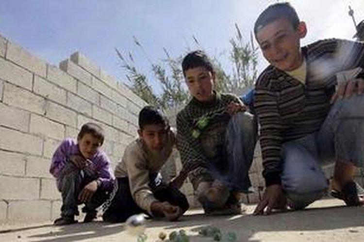 Akibat perang berkepanjangan nasib anak-anak Suriah semakin buruk. Sebagian dari mereka bahkan direkrut untuk ikut bertempur.