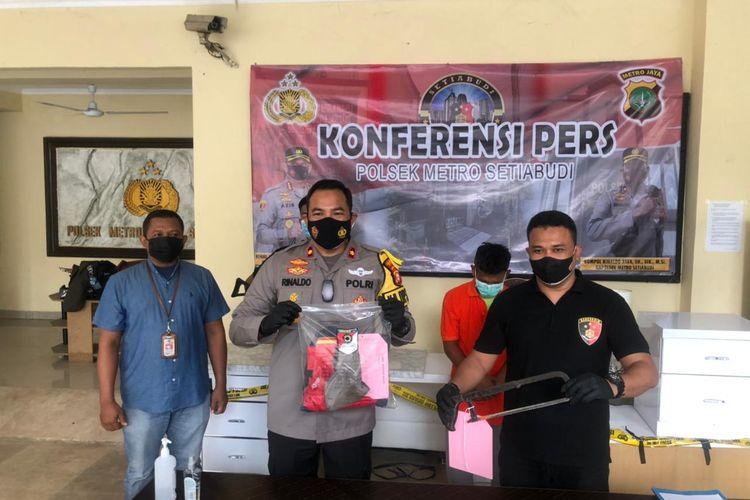 Kapolsek Metro Setiabudi Kompol Rinaldo Aser memperlihatkan barang bukti kasus pencurian besi tiang monorel, Senin (19/7/2021)