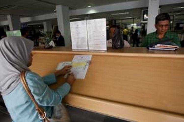Warga mengisi formulir untuk perpanjangan Surat Tanda Nomor Kendaraan Bermotor (STNK) di Kantor Bersama Samsat Wilayah Jakarta Selatan Polda Metro Jaya, Selasa (28/10). Setiap harinya, kantor tersebut rata-rata melayani perpanjangan 1.500 STNK roda dua dan 1.000 STNK roda empat.