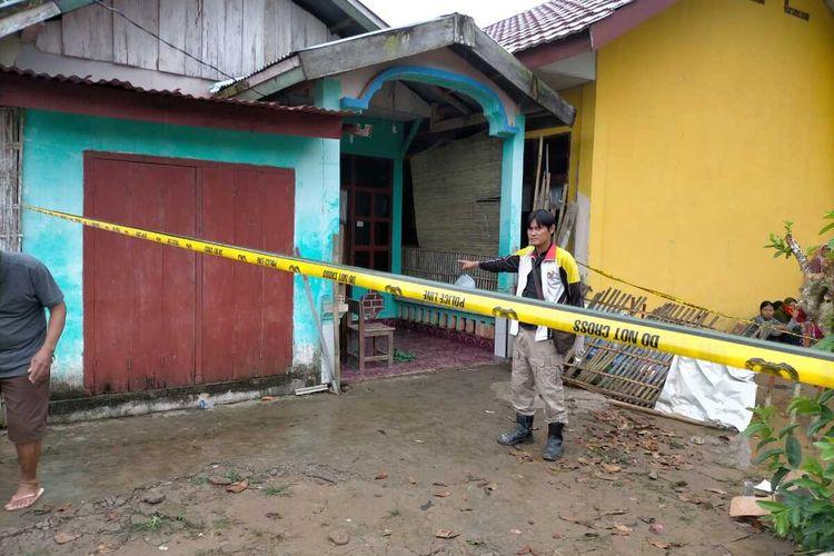 Petugas memasang police line di kediaman Efriza Yuniar(50) seorang guru yang  ditemukan tewas di kediamannya di Jalur 5 Desa Marga Rahayu, Kecamata Sumber Marga Telang, Kabupaten Banyuasin, Sumatera Selatan, Kamis (9/7/2020).