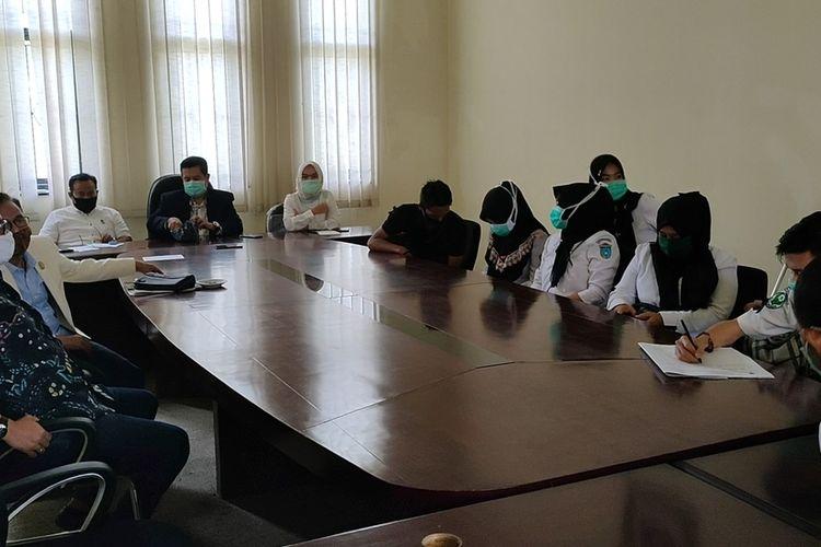 Perwakilan tenaga medis RSUD Ogan Ilir yang mogok kerja sejak Jumat (15/05/2020) diterima anggota komisi IV DPRD Ogan Ilir, Senin (18/5/2020). Mereka pun mengadukan alasan mereka mogok kerja ke DPRD.