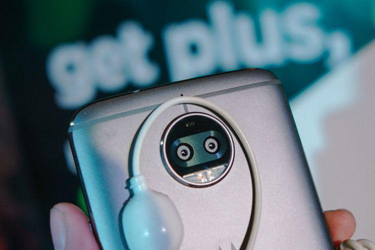 Modul kamera Moto G5S Plus berisi unit kamera ganda dengan resolusi 13 megapiksel. Satu kamera menangkap foto full-color, lainnya monokrom. Jepretan keduanya digabungkan dalam sebuah frame final yang diklaim memiliki detil gambar lebih tinggi, ketimbang hanya menggunakan satu kamera. Ada juga kemampuan menambah efek depth-of-field (bokeh).