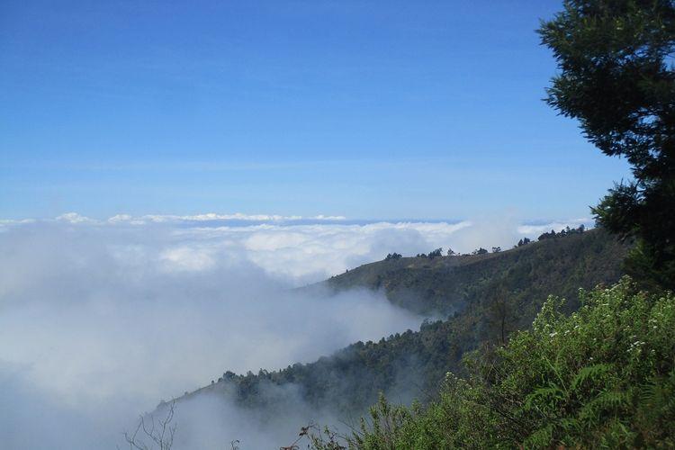 Pemandangan serakan awan Gunung Prau via Dworowati.