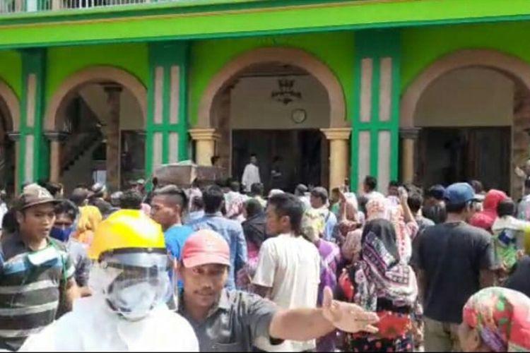 Tangkapan layar dari video saat jenazah Covid-19 di Kabupaten Pasuruan direbut warga dishalatkan di masjid.