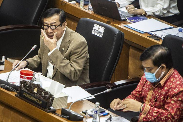 Menkumham Yasonna Laoly (kiri) menghadiri rapat kerja dengan Badan Legislasi (Baleg) DPR dan DPD di Kompleks Parlemen, Senayan, Jakarta, Rabu (15/9/2021). Rapat tersebut membahas evaluasi Prolegnas RUU Prioritas Tahun 2021. ANTARA FOTO/Aprillio Akbar/wsj.