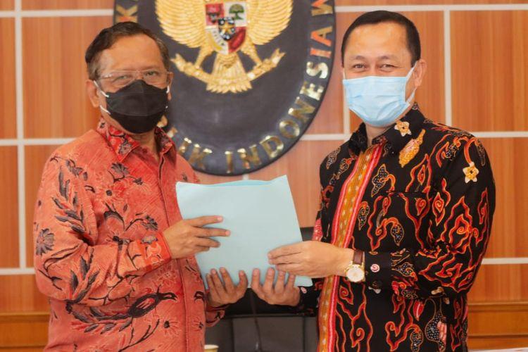 Menko Polhukam Mahfud MD bersama Ketua Komnas HAM Ahmad Taufan Damanik usai menggelar pertemuan di kantor Kemenko Polhukam, Jakarta, Selasa (9/2/2021).