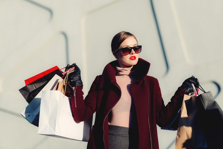 ilustrasi wanita yang hobi berbelanja