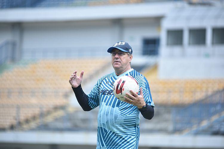 Pelatih Persib Bandung, Robert Rene Alberts, memimpin sesi latihan di Stadion GBLA, Kota Bandung, Senin (31/5/2021).