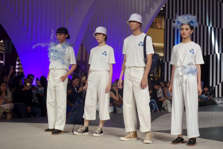 Sejumlah koleksi hasil kolaborasi Danone-AQUA bersama desainer ternama seperti fbudi, Kana Goods, KresKros, Pijakbumi, hingga seniman aksesori Ika Vantiani dan Its In Your Hand Collective di panggung Jakarta Fashion Week 2020.