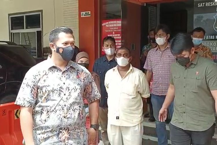 Rakesh, pemilik warkop di Medan harus berurusan dengan polisi karena menyiram air panas ke arah petugas patroli PPKM Darurat.