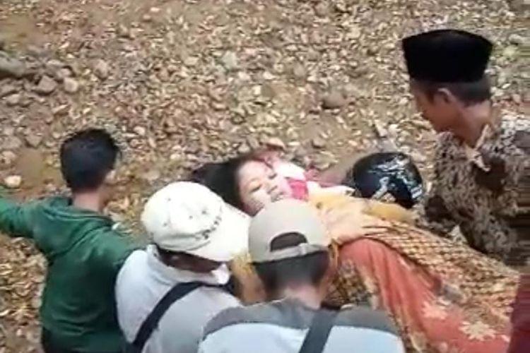 Perempuan hamil yang ditandu untuk dibawa ke Puskesmas Silo 2 Kabupaten Jember