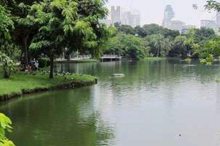 Suasana di Taman Lumpini di Bangkok, Thailand, Agustus lalu. Taman ini terinspirasi dari Kebun Raya Bogor. Raja Rama V Thailand pada abad ke-19 menyempatkan diri berkunjung ke Kebun Raya Bogor dalam lawatannya ke Indonesia. Sebagian pekerja taman didatangkan dari Jawa. Kini mereka tinggal di Kampung Jawa, Thailand.