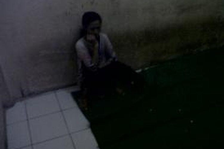 IR (35) tengah meringkuk di sel tahanan Kepolisian di Kabupaten Bone, Sulawesi Selatan setelah melakukan pencurian emas. Senin, (22/07/2013).