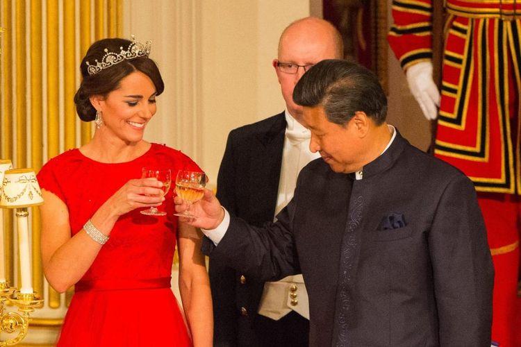 Kate Middleton dalam sebuah jamuan resmi.