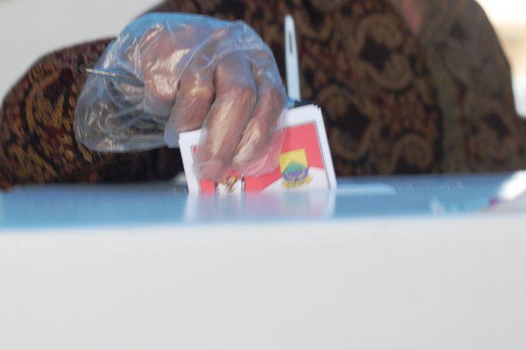 Seorang pemilih memasukkan surat suara ke dalam kotak di salah satu TPS di Kabupaten Cianjur, Jawa Barat, saat hari pencoblosan Pilkada Serentak 2020, Rabu (9/12/2020).