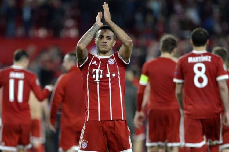 Thiago Alcantara membalas dukungan penonton di Stadion Ramon Sanchez Pizjuan seusai laga Sevilla vs Bayern Muenchen pada perempat final Liga Champions, Selasa (3/4/2018).