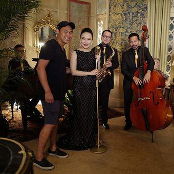 Sutradara Jon M Chu (kiri) mengarahkan penyanyi jazz Jasmine Chen dalam film Crazy Rich Asians keluaran Warner Bros.