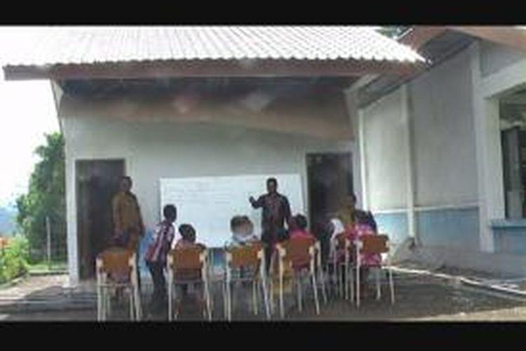 Pascagempa yang mengguncang Aceh pada Selasa siang kemarin, sejumlah gedung sekolah rusak, dan tak bisa digunakan. Namun, mulai hari ini, Kamis (24/10/2013), sejumlah siswa SD Negeri 2 Neumbok Badeuk Tangse kembali ke sekolah dan belajar di luar ruangan dengan kondisi seadanya.