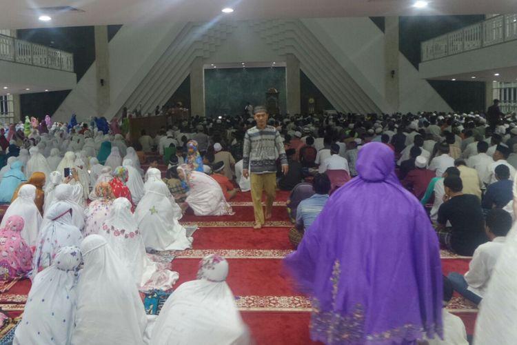 Suasana pelaksanaan sholat tarawih pertama di Masjid Raya Hasyim Asyari, Daan Mogot, Jumat (26/5/2017).