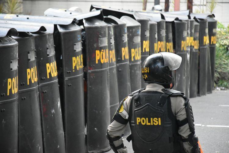 Polisi membentuk barikade dan menerjunkan water canon untuk membubarkan kelompok massa yang mulai melakukan pelemparan batu, botol kemasan plastik, hingga terlihat beberapa kali melemparkan bom molotov, pada Rabu (7/10/2020) petang.