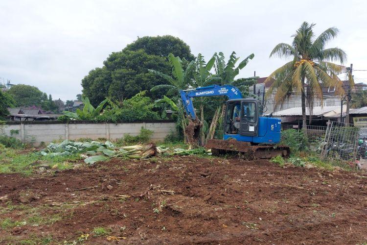 Alat berat digunakan untuk membuka lahan baru untuk pemakaman jenazah pasien Covid-19 di Jalan Srengseng Sawah, Jagakarsa, Jakarta Selatan.