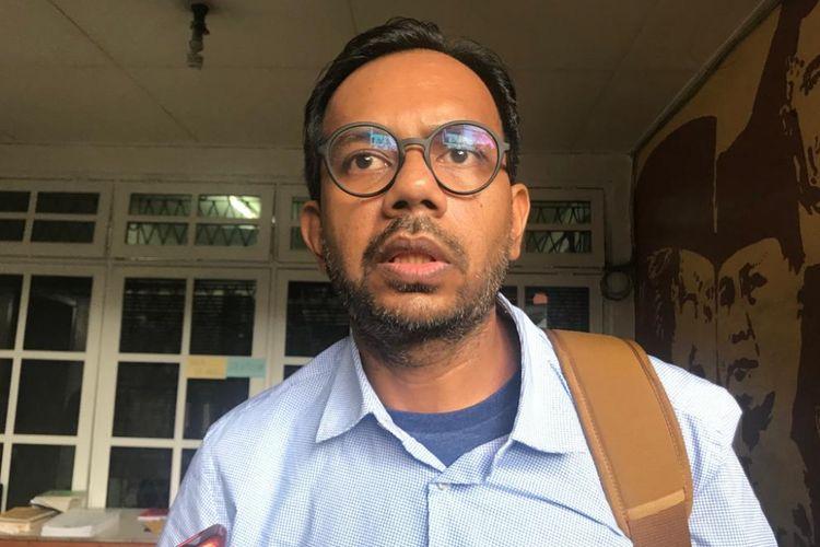 Direktur Lokataru Foundation Haris Azhar usai acara diskusi bertajuk Dwifungsi Disfungsi TNI di Kantor Komisi untuk Orang Hilang dan Korban Tindak Kekerasan (Kontras), Jakarta Pusat, Jumat (1/3/2019).