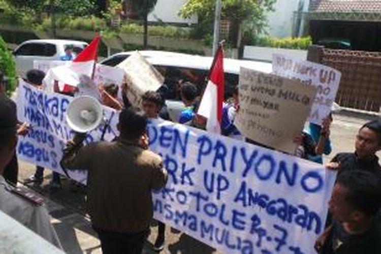 Puluhan demonstran saat berunjuk rasa di depan Kantor Transisi pemerintahan Joko Widodo-Jusuf Kalla, di Jalan Situbondo nomor 10, Menteng, Jakarta Pusat, Kamis (28/8/2014).