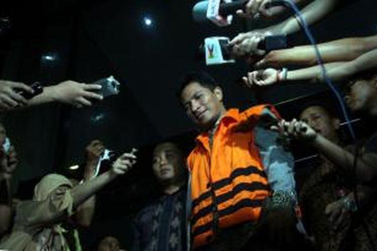 Pengacara dari Hotma Sitompul Associates, Mario C Bernardo menuju tempat tahanan Rutan Jakarta Timur cabang KPK setelah ditetapkan sebagai tersangka suap untuk memenangkan kasasi Mahkamah Agung, di Gedung KPK, Jalan Rasuna Said, Kuningan, Jakarta Selatan, Jumat (26/7/2013). KPK menahan dua orang dalam operasi tangkap tangan kasus suap menyuap seorang pengacara dan pegawai MA.