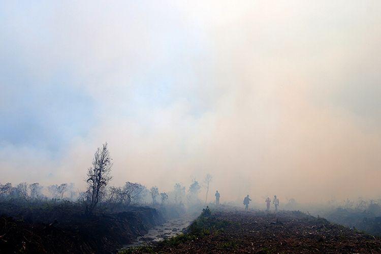 Sejumlah warga sedang berada di lokasi kebakaran lahan gambut di Desa Simpang dan Peunia, Kecamatan Kawai XVI, Rabu (23/08/17).