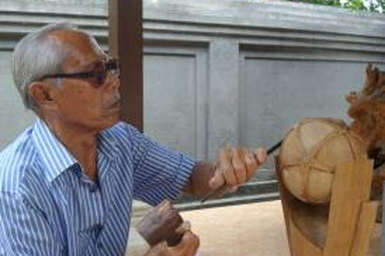 Seniman asal Gianyar, Ida Bagus Lasem, memahat trofi Piala Presiden 2015.