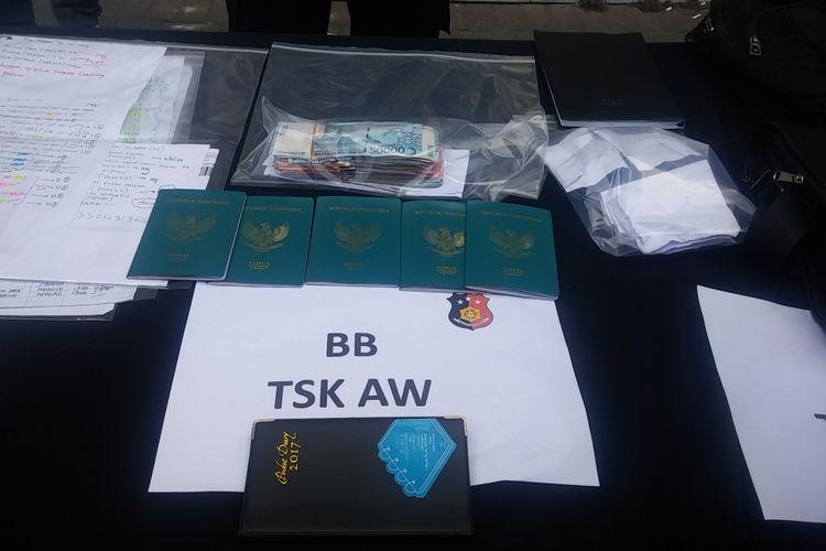 Barang bukti praktik pungli paspor di Surabaya.