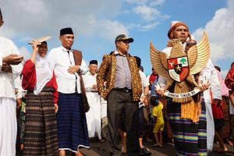 Parade Kebangsaan di Kota Ende, Flores, Nusa Tenggara Timur, Senin (1/6/2015), digelar dalam rangka memperingati Hari Lahir Pancasila 1 Juni. Tampak Wakil Bupati Ende, Djafar Achmad (tengah, berpeci) di Pantai Bung Karno usai mengikuti parade laut dari Pulau Ende.