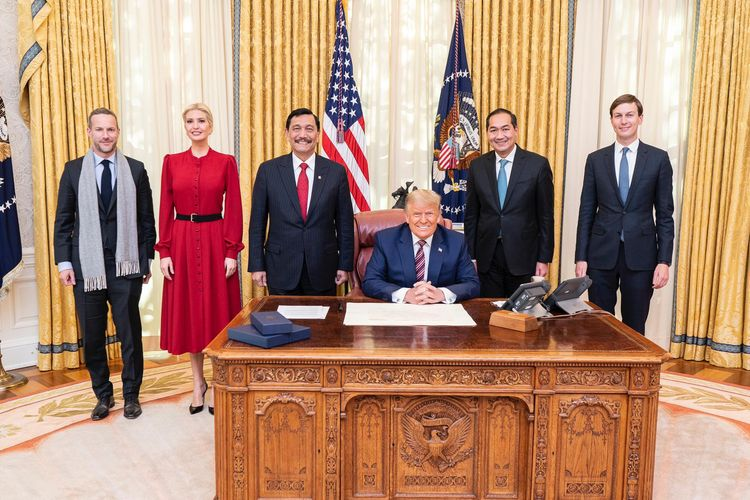 Dari kiri ke kanan: CEO US IDFC Adam Boehler, Penasihat Senior Gedung Putih Ivanka Trump, Menteri Koordinator Bidang Kemaritiman dan Investasi Luhut Binsar Pandjaitan, Presiden Amerika Serikat Donald Trump, Duta Besar Indonesia untuk AS Muhammad Lutfi, dan Penasihat Senior untuk Gedung Putih Jared Kushner. Dalam pertemuan yang digelar Selasa 17 November 2020, Menko Luhut menyampaikan salam dan terima kasih dari Presiden Joko Widodo kepada Trump atas kerja sama bilateral selama ini.