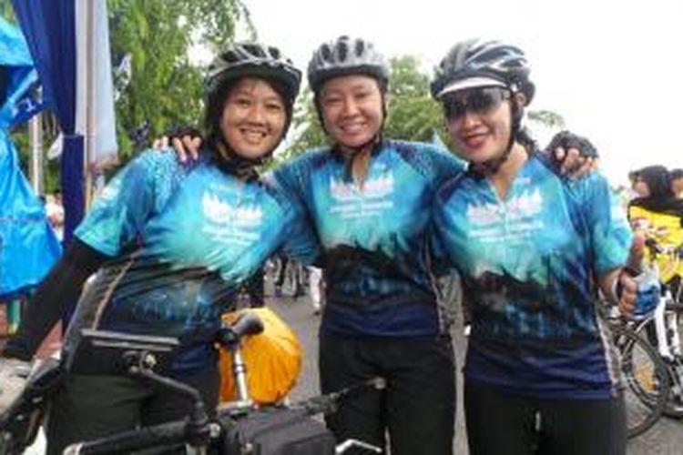 Tiga peserta wanita, Diana Astati, Aristi Prajwalita Majid, dan Woro Angreni Wigati (kiri-kanan), mengikuti Jelajah Sepeda Sabang-Padang yang diselenggarakan oleh Kompas dan PGN mulai 31 Agustus hingga 13 September 2013.