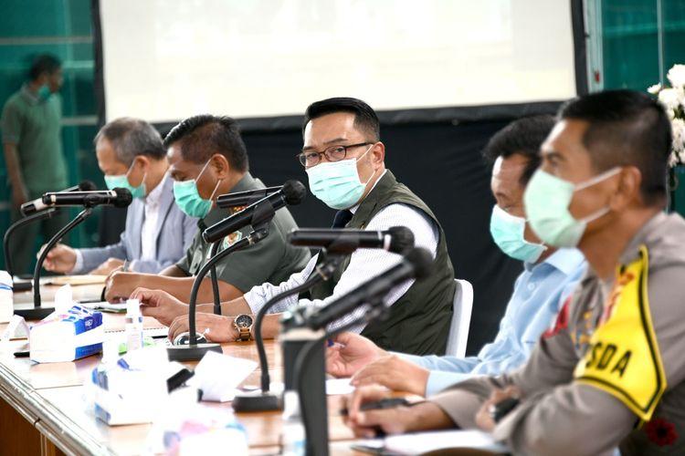 Gubernur Jabar Ridwan Kamil memimpin rapat koordinasi penanggulangan COVID-19 di Gedung Pakuan, Kota Bandung, Senin (6/4/20).