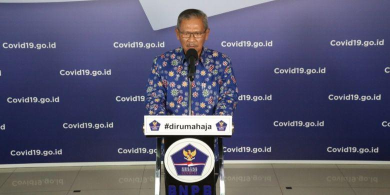 Dirjen Pencegahan dan Pengendalian Penyakit (P2P) Achmad Yurianto memakai batik bermotif virus saat memberikan informasi perkembangan data harian Covid-19 di Graha BNPB pertengahan April 2020 lalu.
