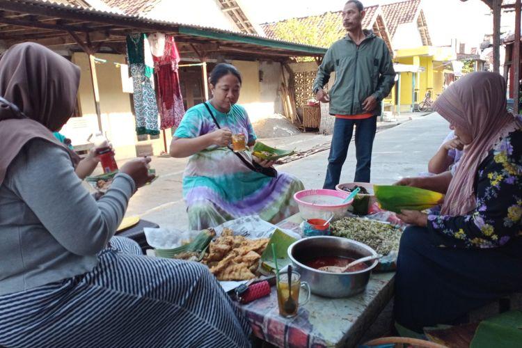Mbah Tianah penjual Sega Ndoreng sedang  melayani pelanggannya  dirumahnya Desa Kalikondang,  Kabupaten Demak Jateng, Sabtu (12/9/2020)