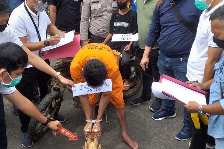Tersangka  Antoni (27) melakukan reka adegan kasus pembunuhan anak tirinya Niko yang masih berusia 1,8 tahun di Polsek Talang Ubi, Kabupaten Penukal Abab Lematang Ilir (PALI), Sumatera Selatan, Selasa (15/9/2021).
