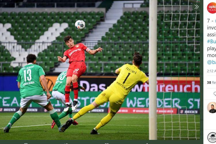 Striker Bayer Leverkusen, Kai Havertz, menyundul bola dalam laga melawan Werder Bremen, Senin (8/5/2020).