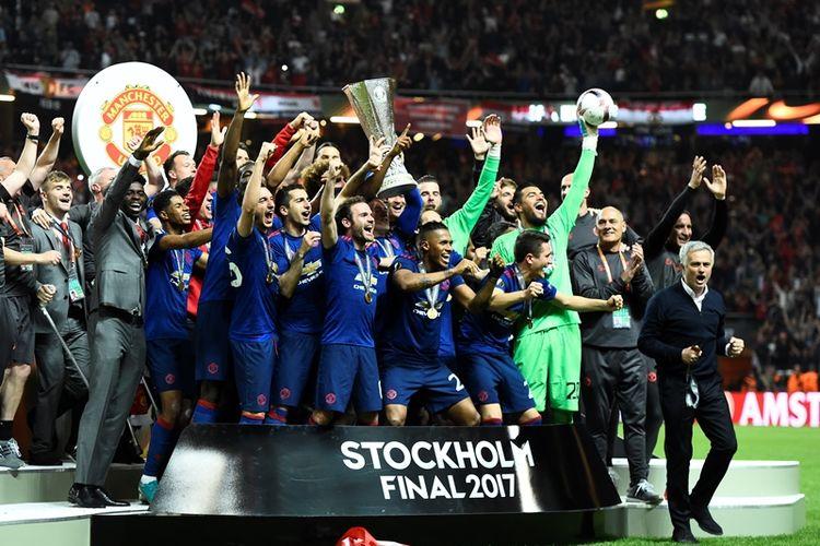 Para pemain Manchester United melakukan selebrasi dengan mengangkat trofi Liga Europa setelah menjadi juara event tersebut berkat kemenangan 2-0 atas Ajax Amsterdam dalam pertandingan final di Friends Arena, Solna, Rabu (24/5/2017).