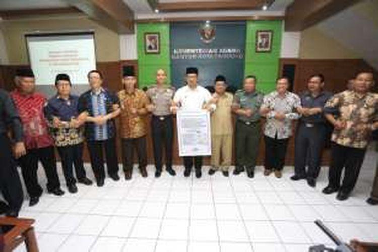 Wali Kota Bandung Ridwan Kamil bersama sejumlah organisasi keagamaan membuat deklarasi kebebasan beragama di Kantor Kementrian Kota Bandung, Jalan Sukarno-Hatta,  Selasa (20/12/2016)