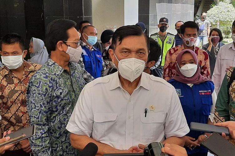 Menteri Koordinator Bidang Kemaritiman dan Investasi (Menko Marves)LuhutBinsar Pandjaitan saat menemui wartawan usai memantau pelaksanaan vaksinasi di Gedung Setda Kabupaten Sleman.
