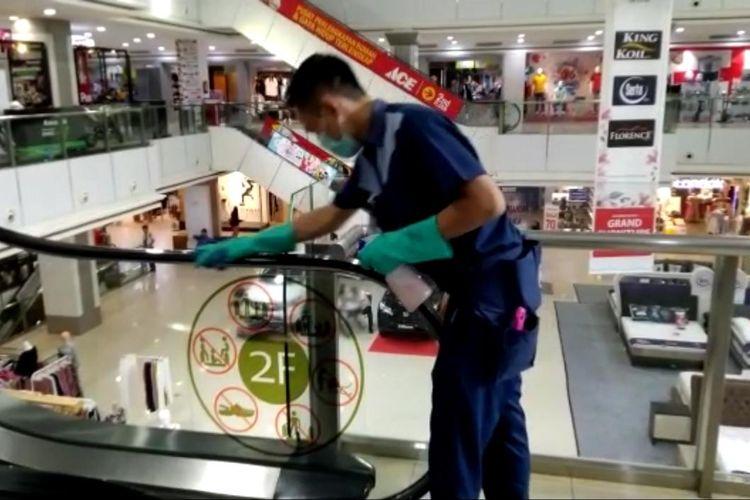 Salah satu petugas kebersihan Mall Boemi Kedaton (MBK) Bandar Lampung membersihkan pegangan eskalator. Titik-titik yang kerap dipegang pengunjung menjadi prioritas untuk dibersihkan.