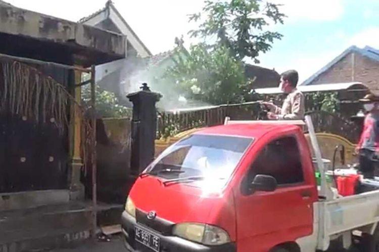 Satgas Covid-19 menyemprot disenfektan di Dukuh Bulurejo, Desa Bantengan, Kecamatan Wungu, Kabupaten Madiun setelah 66 warga di wilayah itu positif rapid test antigen.