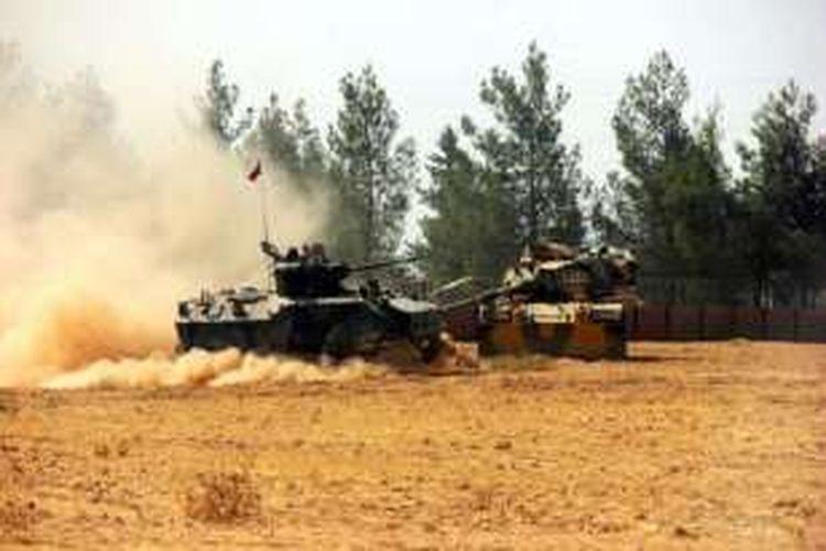 Sebuah tank dan kendaraan lapis baja ditempatkan di dekat perbatasan Turkis-Suriah yakni di Karkamis yang terletak di wilayah Provinsi Gaziantep, Turki, 23 Agustus 2016.