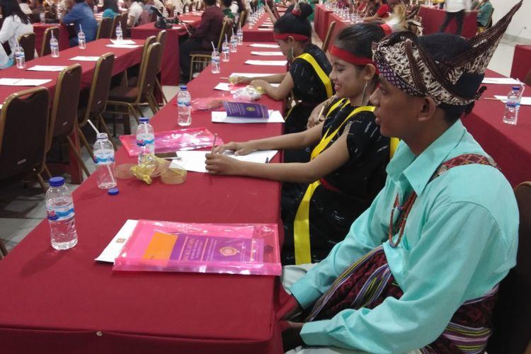 Ratusan mahasiswa Kedokteran Hewan Universitas Nusa Cendana Kupang, Nusa Tenggara Timur (NTT), sambil mengenakan pakaian adat, sedang mengikuti seminar tentang resistensi antimikroba
